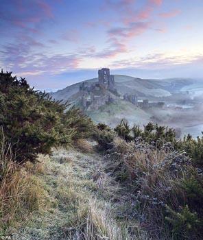 Smaller Corfe Castle, Dorset.jpg